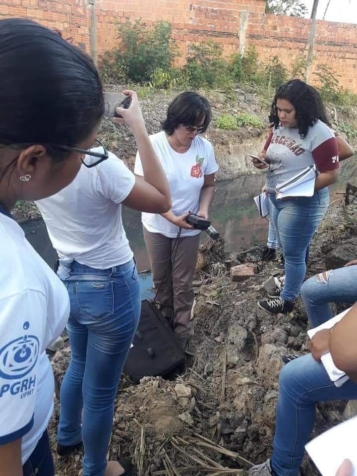 Momento da coletas das amostras da água do córrego no bairro Parque do Lago